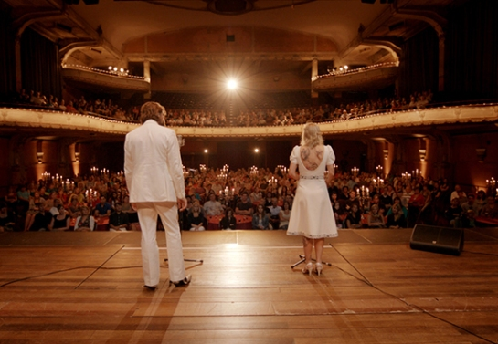 De espaldas, Elise y Didier interpretan su última canción.
