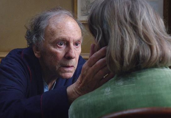 Georges (Jean-Louis Trintignant) intenta hacer que Anne (Emmanuelle Riva) regrese al mundo que han compartido toda la vida.