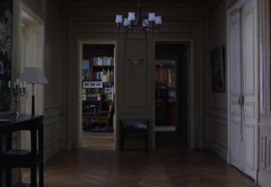 Cuadro final: una toma dividida del apartamento deshabitado. Eva (Isabelle Huppert) es el último testigo del vacío tras la desaparición de sus padres.
