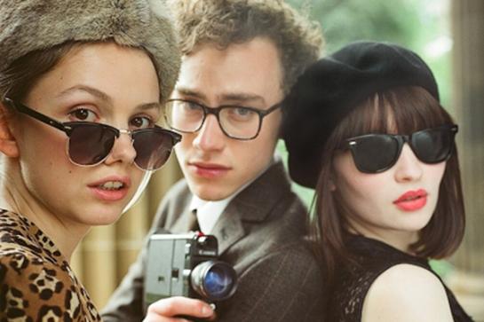 Cass (Hannah Murray), James (Olly Alexander) y Eve (Emily Browning) regeneran su juventud a través de la música