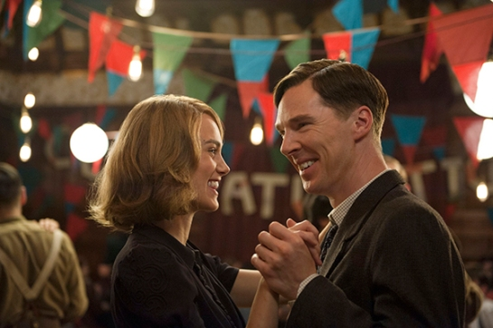 Benedict Cumberbatch como Alan Turing junto a Keira Knightley como Joan Clarke. Foto: Black Bear Pictures